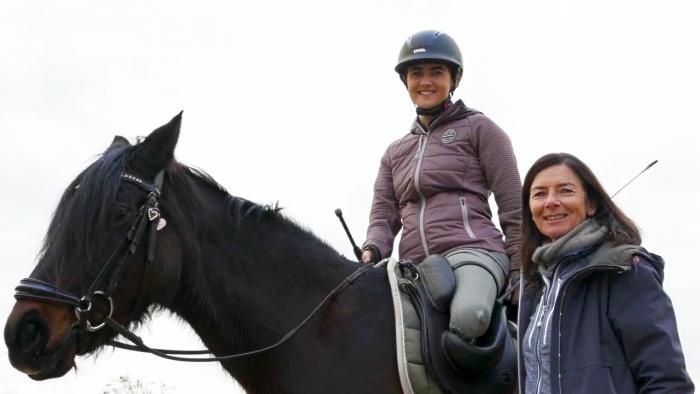 Dressurreiterin Julia Porzelt auf ihrem Pferd mit ihrer Mutter