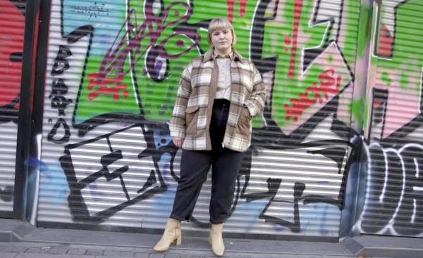 Curvy Model Laura Grübler vor Graffiti