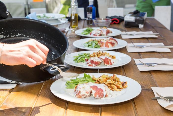 Mit Parmaschinken umwickelte Hähnchenbrust mit Frischkäse-Füllung