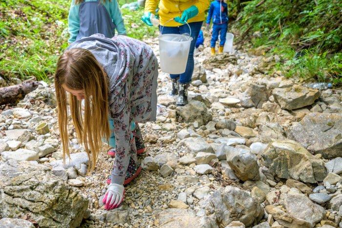 Mit Kindern Müll in der Natur aufsammeln