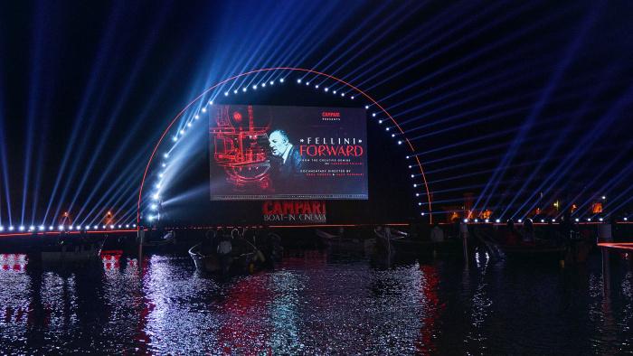 Venedig im September. Große Leinwand, exklusive Premiere von Fellini Forward auf dem Wasser!