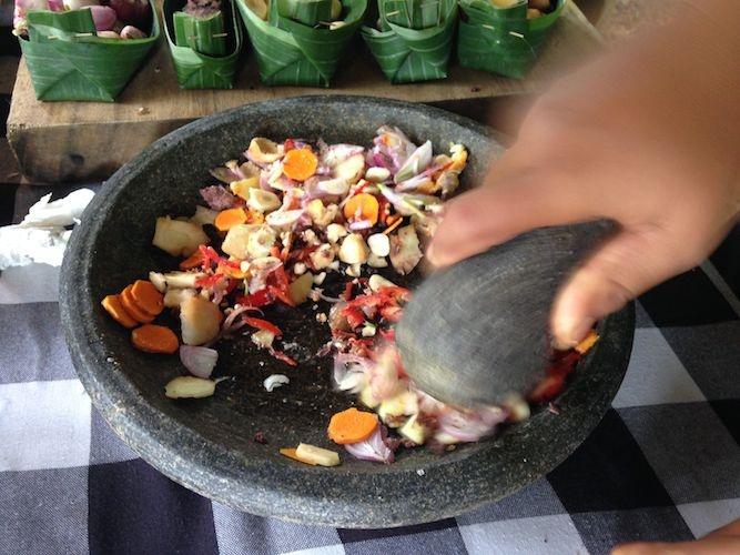 """Zermahlen der Zutaten für """"Bumbu Bali"""""""