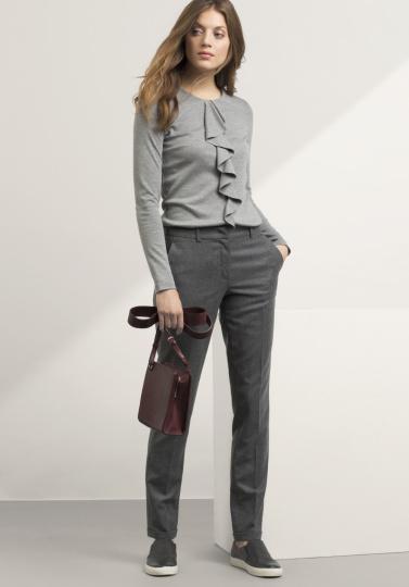 Frau mit grauer Hose