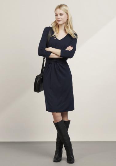 Frau im dunkelblauen Wickelkleid