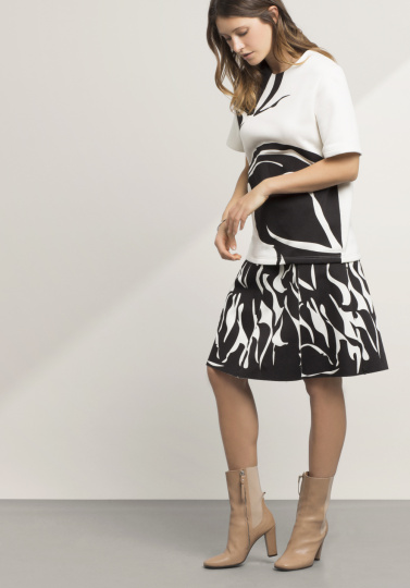 Frau mit schwarz-weißem Outfit