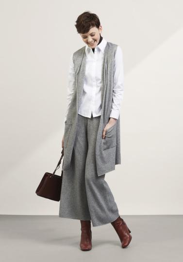 Frau mit grauem Outfit