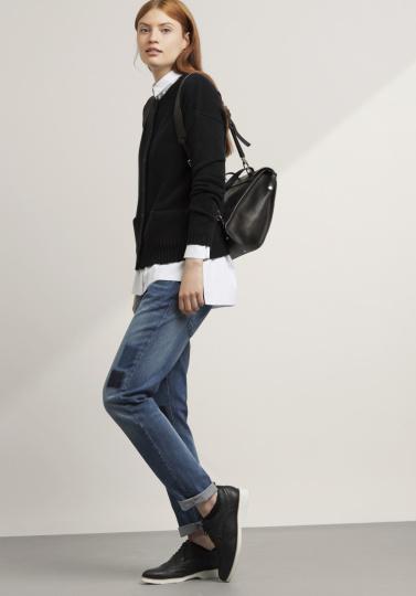 Frau mit Jeans und schwarzem Pullover