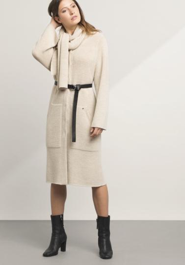 Frau mit beigem Mantel