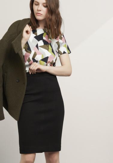 Frau mit gemusterter Bluse