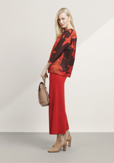 Frau mit roter Hose