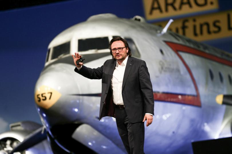 Peter Brandl beim Vortrag vor Flugzeug