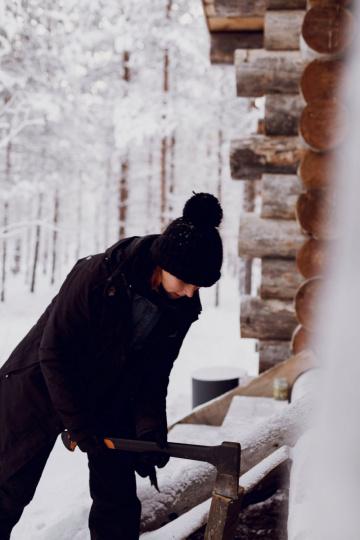 Kristina beim Holzhaken