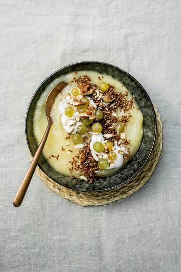Birnenmus mit roter Quinoa, Trauben und Kokossahne