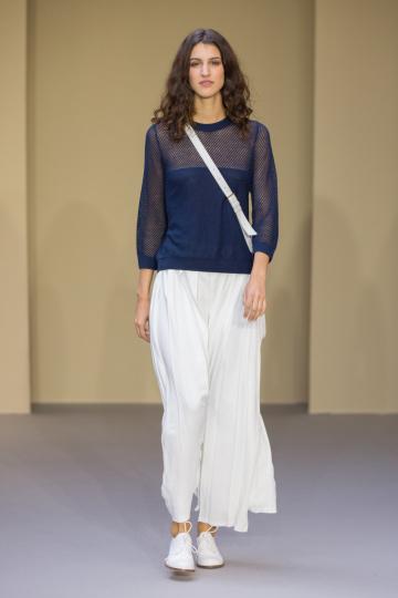 Frau mit Top blau transparent Hose weiß