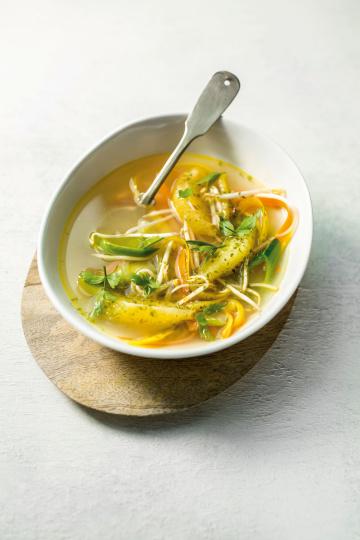 Klare Misosuppe mit Orange, Gelber Bete und Nori-Algen