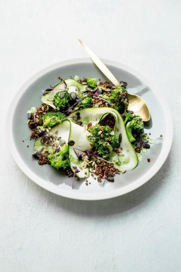 Quinoa-Brokkoli-Salat mit grünem Kraftdressing