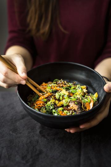 Knackiges Gemüse mit Wakame-Reisnudeln und Miso