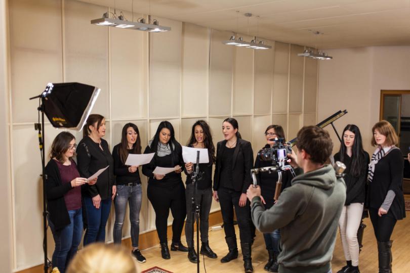Gruppe singt