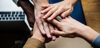 Burn-out Erfahrungen: Hände der Kollegen zusammen