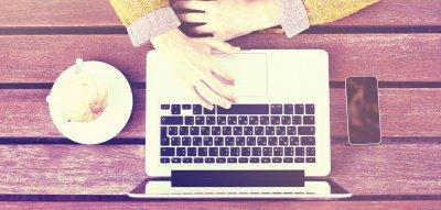 Tipps gegen Stress im Job: Frau an Schreibtisch