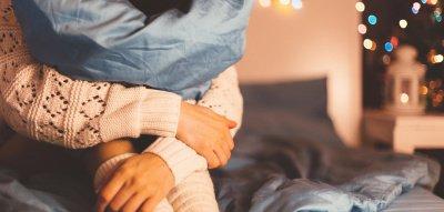 Einsam an Weihnachten: Frau alleine auf dem Bett
