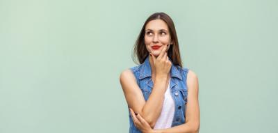 Kosmetiksiegel: Frau überlegt