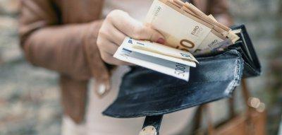 Altersvorsorge für Frauen: Frau mit leerem Geldbeutel