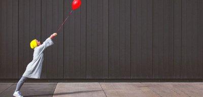 Mehr Leichtigkeit im Leben: Frau mit Luftballon