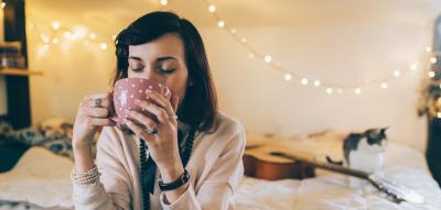 Frau trinkt Tee und entspannt
