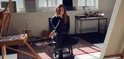 Malerin Milana Schoeller in ihrem Atelier