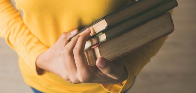 Feministische Bücher: Frau hält Bücher