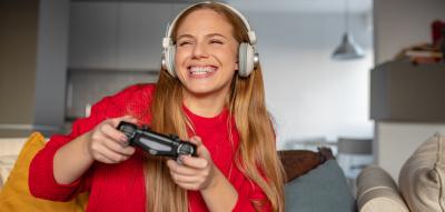 Frau spielt Computer