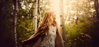 Waldbaden: Frau im Wald