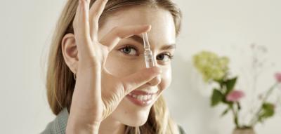 Frau mit Gesichtsampulle von Lavera