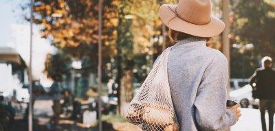 Frau mit Baumwollbeutel in der Stadt