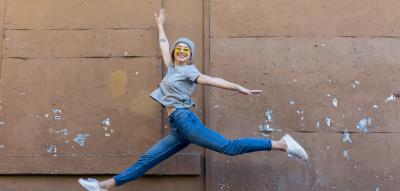 Frau springt energiegeladen