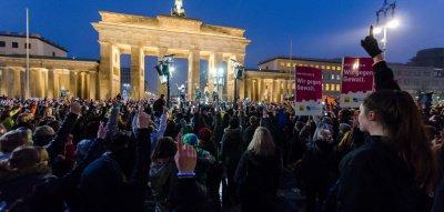 Gewalt gegen Frauen: One Billion Rising protestiert mit Tanzaktionen