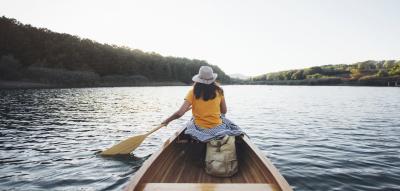 Frau im Ruderboot auf einem See