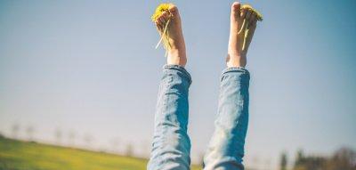 Frau streckt Füße in die Luft