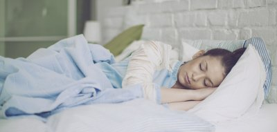 Trotz Hitze gut schlafen: Frau liegt im Bett