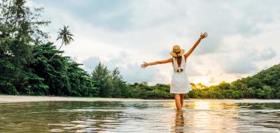 Frau spaziert am Strand