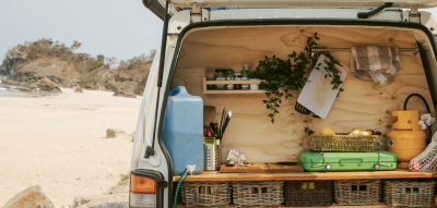 Bulli mit offener Küche am Strand