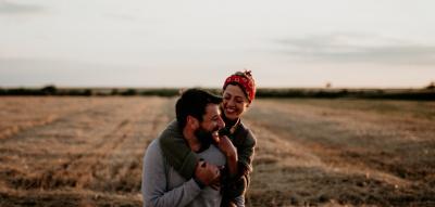 Glückliches Pärchen, beide umarmen sich und lachen
