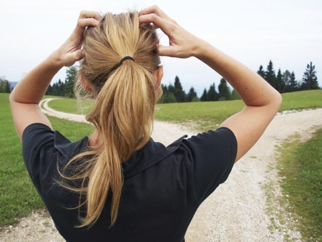 Frau muss sich für den richtigen Weg entscheiden