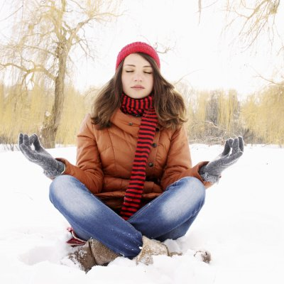 Frau meditiert im Winter