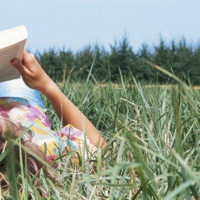 Frau lesend Wiese