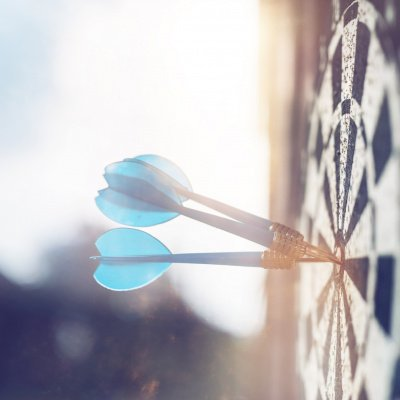 Perfektionismus ablegen: Zielscheibe mit Pfeilen