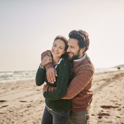 Glückliche Beziehung: Paar am Strand