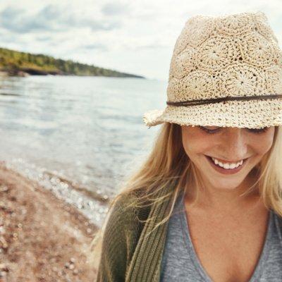 Vegane Kosmetik: Frau macht Strandspaziergang
