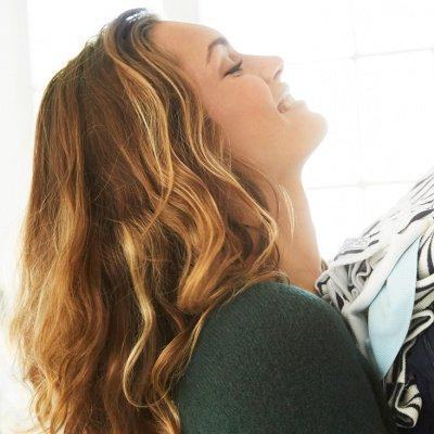 Mode recyceln: Frau mit Pullovern